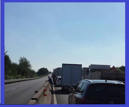 Paura sulla Firenze-Pisa-Livorno, a fuoco un camion che trasporta legna