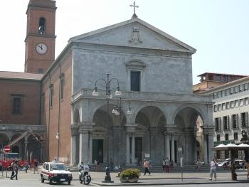 Screening del diabete in Piazza Cavour e cori, danza e illuminazione del Duomo in Piazza Grande
