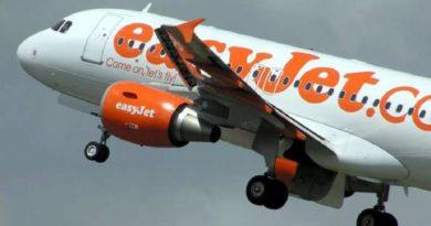 Panico ad alta quota passeggero cerca aprire portellone dell'aereo