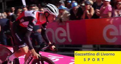 Giro d'Italia, Carapaz vince a Courmayeur ed è in maglia rosa