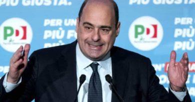 Il segretario del Pd Zingaretti in  un'iniziativa elettorale a Genova