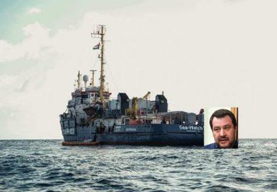 La Sea Watch ha forzato il blocco ed è arrivata davanti alle coste di Lampedusa.