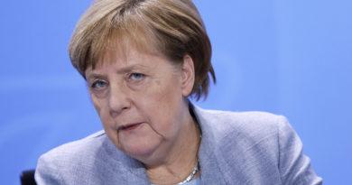 """Altro  attacco di tremore per la Merkel che rassicura """"sto bene""""."""