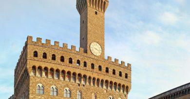 Fulmine colpisce Palazzo vecchio a Firenze