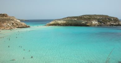 La barca a vela Alex è arrivata nel porto di Lampedusa