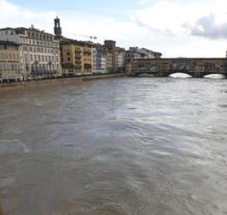 Continua a salire l'Arno a Firenze Maltempo, il Sieve esonda a Pontassieve chiuse alcune strade